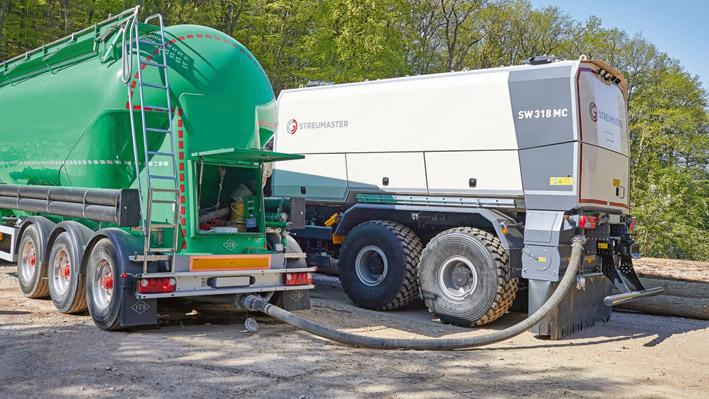Les épandeurs d'agent liant montés sur un véhicule porteur, comme le Streumaster SW 318 MC, sont idéaux pour étendre précisément les liants sur de grandes surfaces dans les applications tout-terrain et sur route.