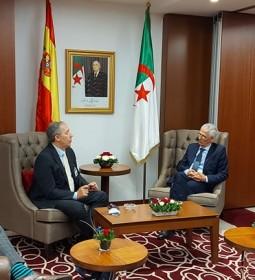 De G àD:  Alfonso Sancha Garcia,  Vice-président de la compagnie espagnole Seat, filiale de Volkswagen Ferhat Aït Ali Braham, ministre de l'industrie